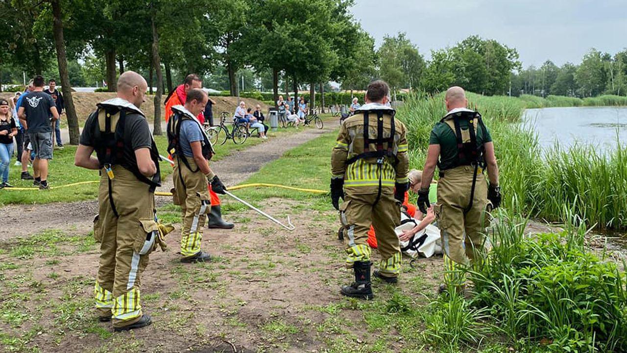 Brandweer redt zwaan met vishaak in de bek in Sevenum