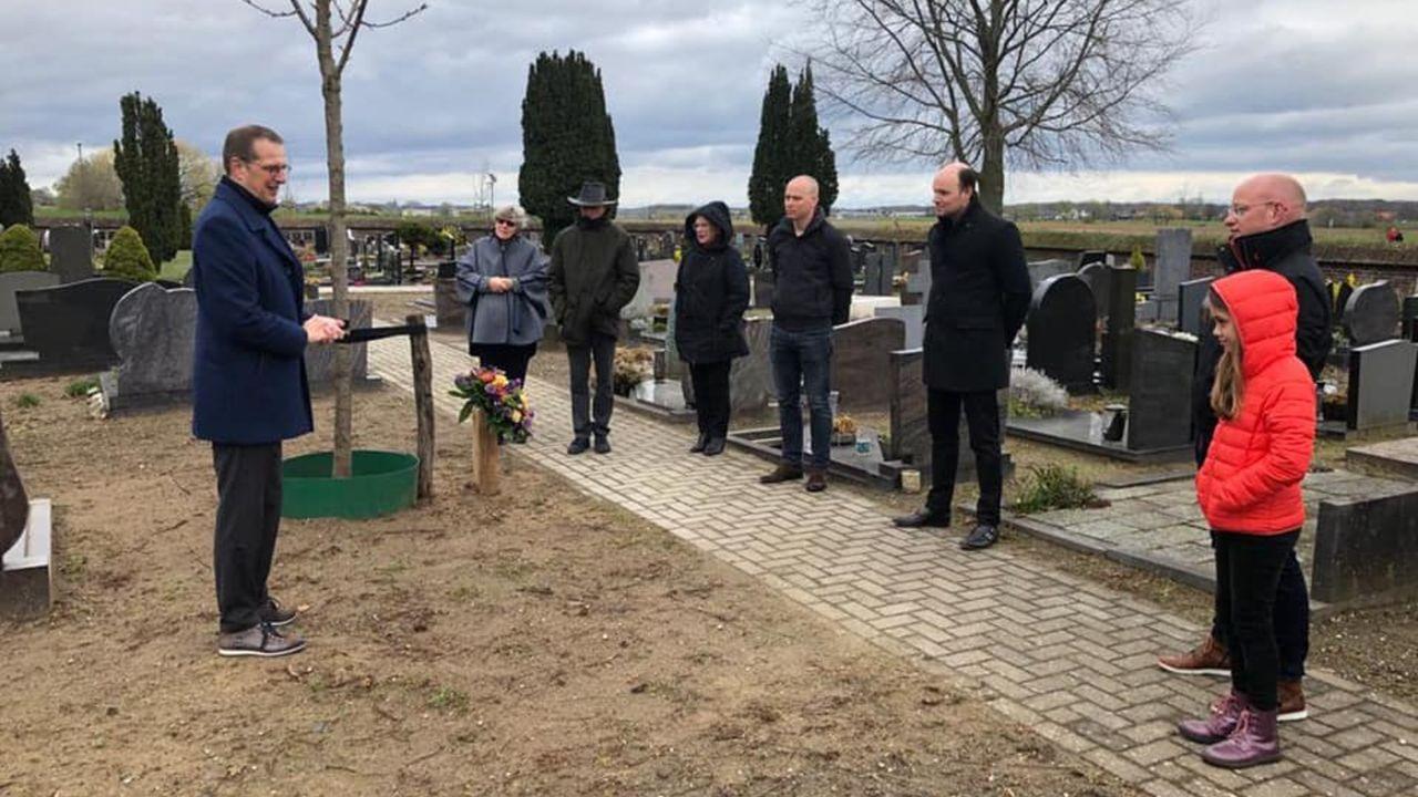Gedenkplaatje en boom voor oud-burgemeester Joke Kersten