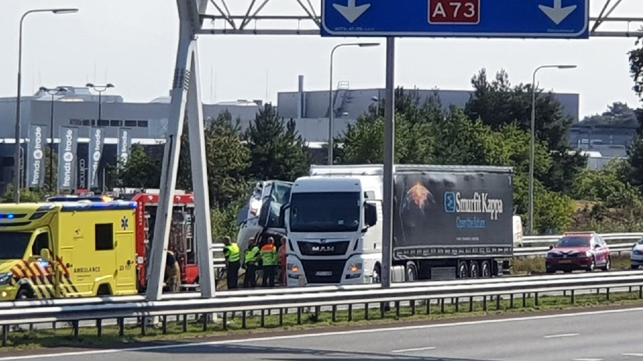 Vrachtauto's botsen na autobrand op A73