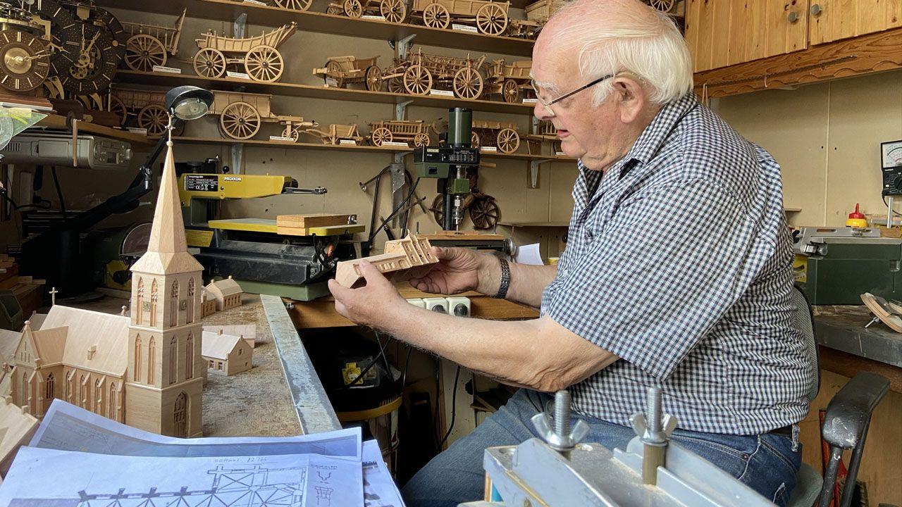 Oud-timmerman Jan Rutten bouwt oude kern Lottum na