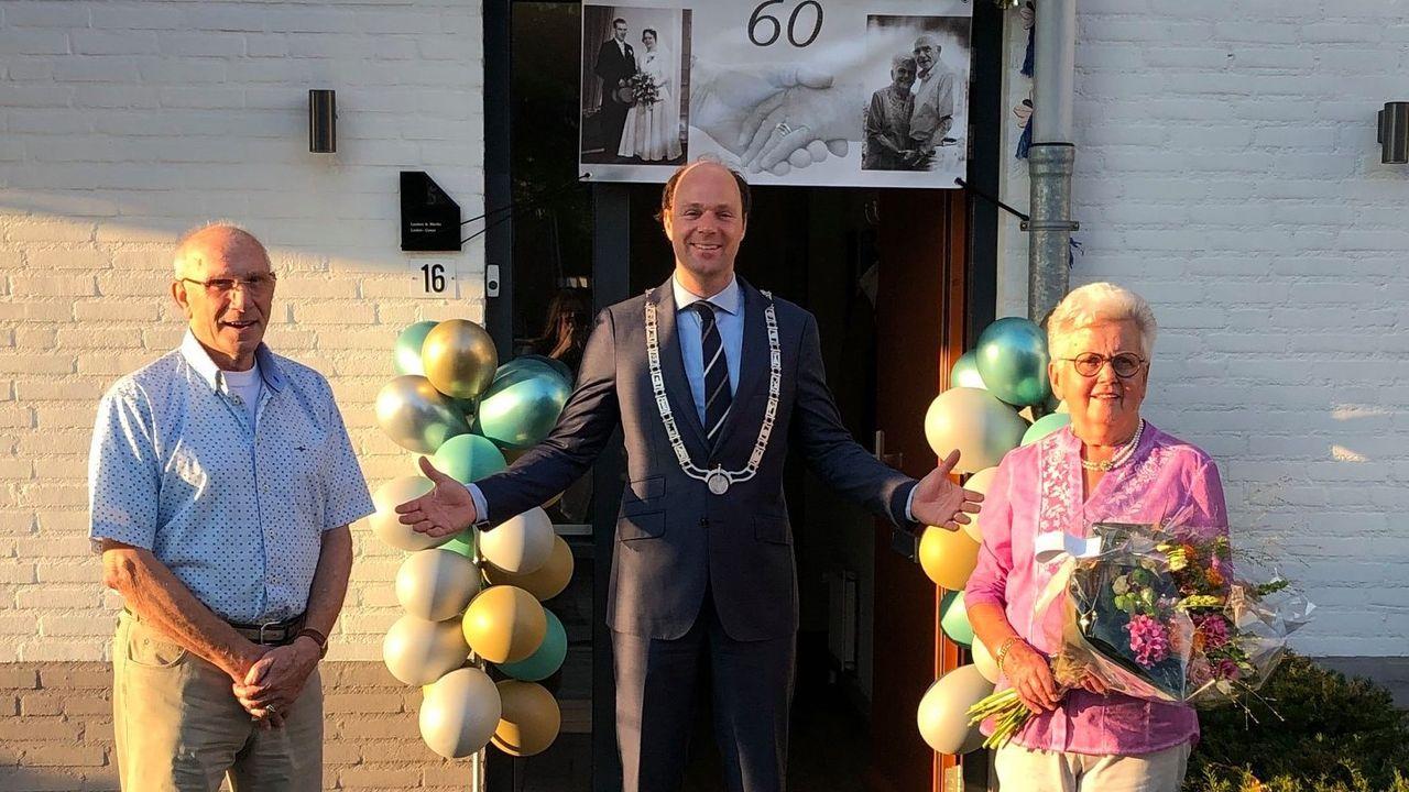 Burgemeester feliciteert diamanten huwelijkspaar