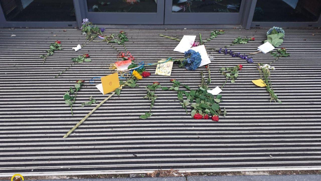 Actievoerders Viruswaanzin leggen bloemen bij gemeentehuis
