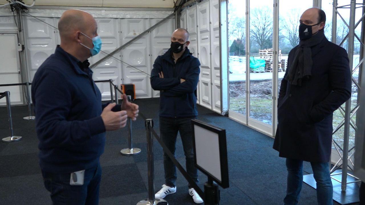Burgemeester Palmen en wethouder Bouten bezoeken vaccinatielocatie Noord-Limburg