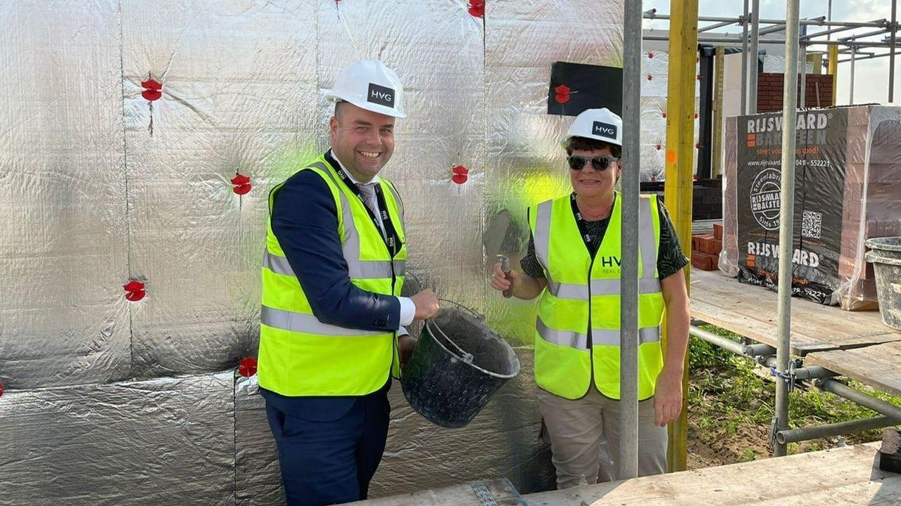 Eerste steen gelegd voor woningbouw Luisch Hof Broekhuizen