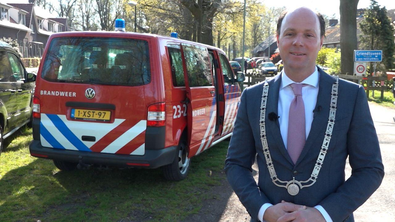Burgemeester Palmen bezoekt gedecoreerden met brandweerauto