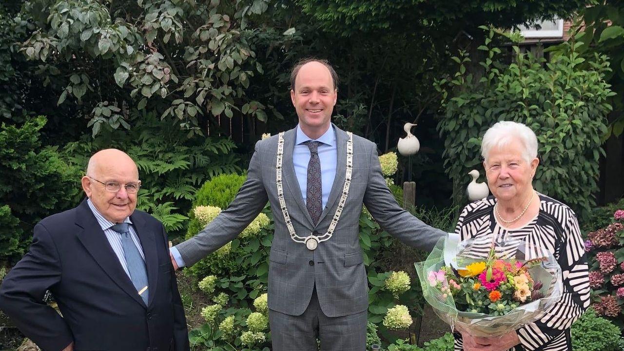 Burgemeester feliciteert twee diamanten huwelijksparen