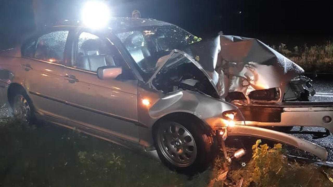 Auto botst tegen boom: 'Vermoedelijk alcohol in het spel'