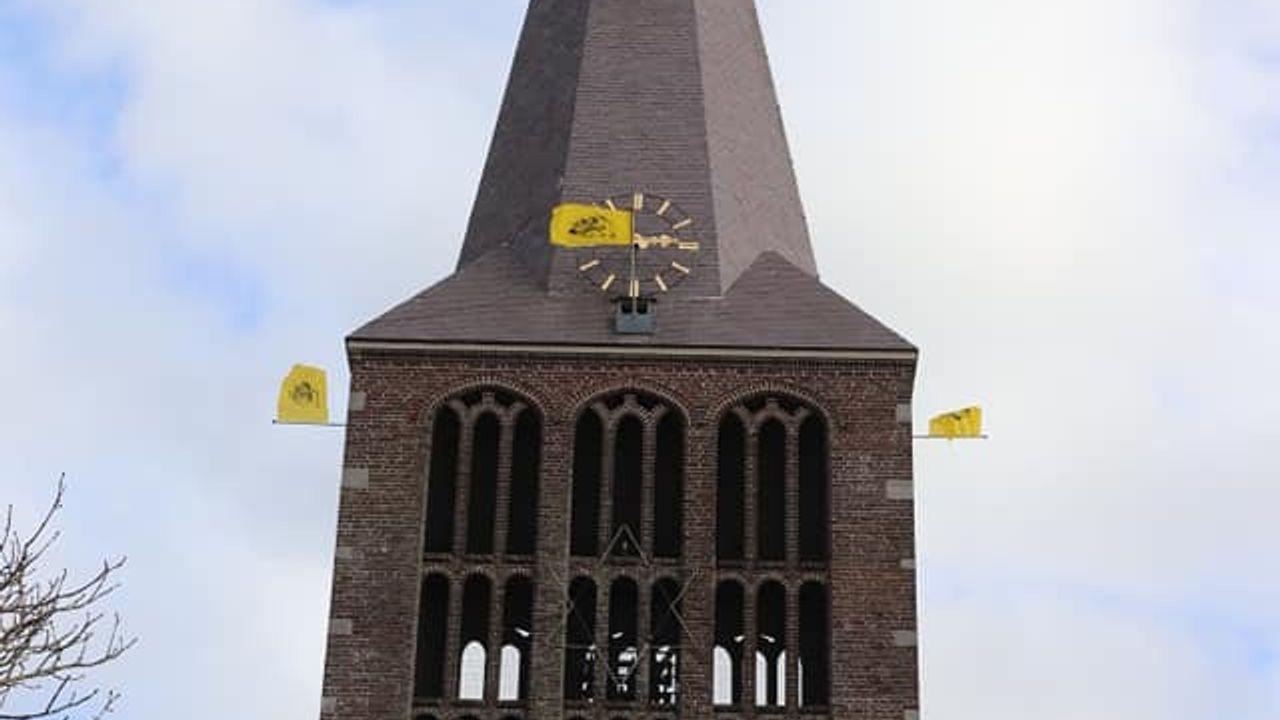 Dreumel pakt Ezelskop terug: Dreumelvlag op Sevenumse kerk