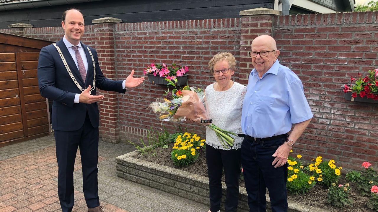 Burgemeester feliciteert diamanten huwelijksparen