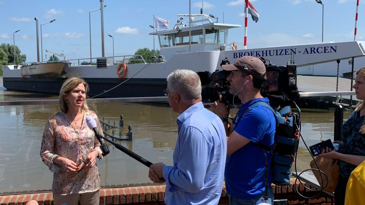 Demissionair minister Van Nieuwenhuizen bezoekt Ooijen-Wanssum