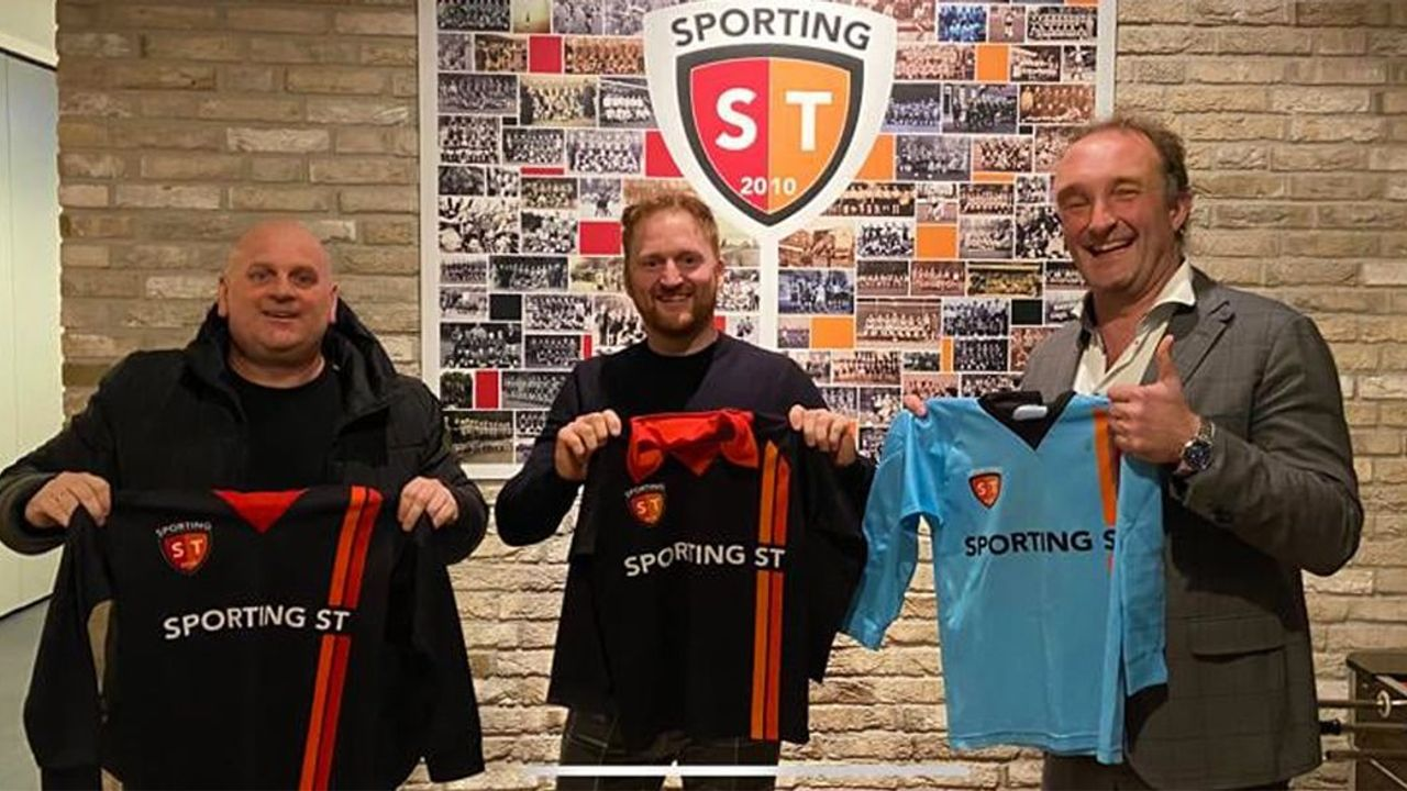 Sporting ST schenkt Molukkers voetbalshirts